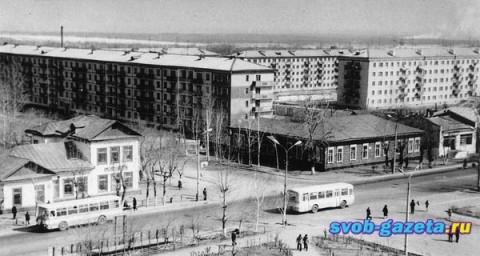 """Гостиница """"Зея"""" (старое здание), слева"""