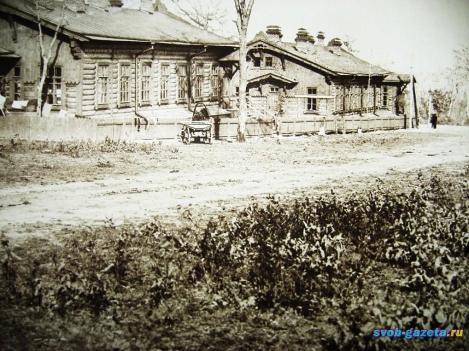 здание центральной почты (справа)