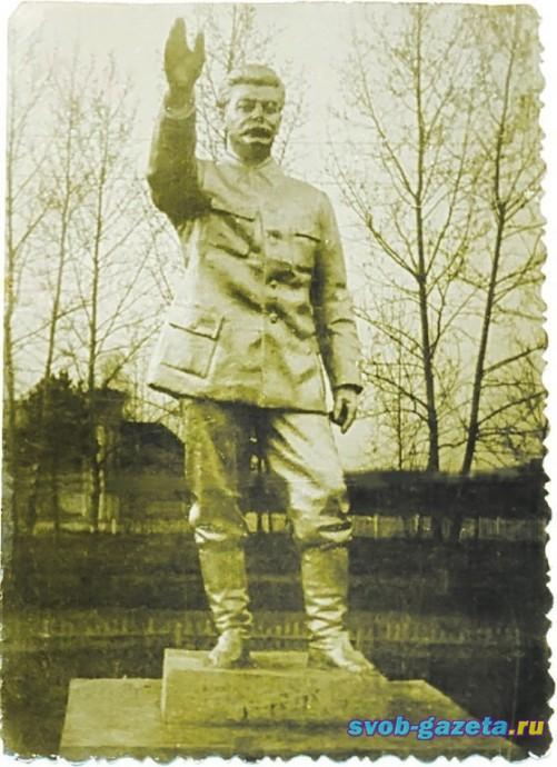 Памятник Сталину в 50-е гг. в Свободном. Фото П.Морозова
