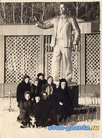 Ленин на входе на стадион Локомотив (Динамо)