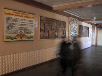 Фойе с барельефом и колоннами