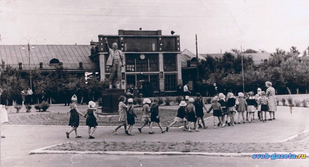 Ленин перед вокзалом