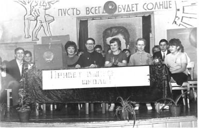 Директор школы № 8  в 1967 году со своими учениками