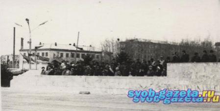 Центральная площадь. Демонстрация в 80-е