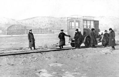 Временная переправа (автомобиль на рельсах) через реку Зея, 1913 год